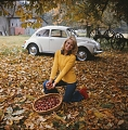 VW - 1973 - Beetle, Super Beetle (late) - weisse Limousine im Wald. Dia. Farbe  - [9214]