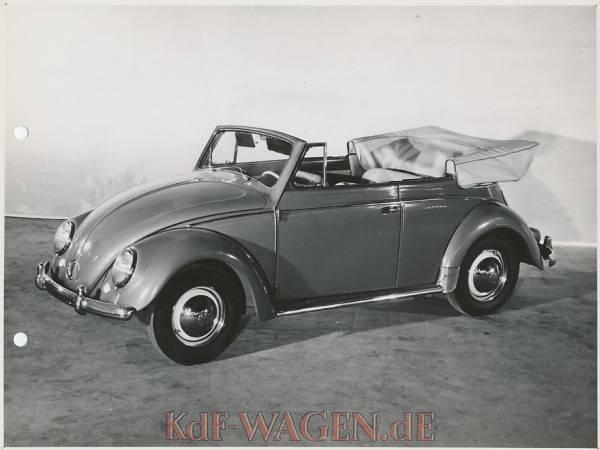 VW - 1956 - (vw_t1)(vw_t1_ovl)(vw_t1_cab)(pic_press) - Käfer Cabrio offen S/W - [9285]-1